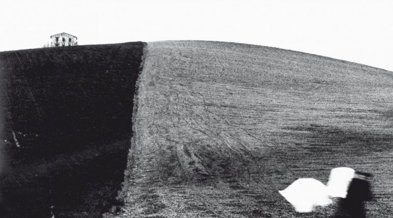 """Copertina del libro """"La figura nera aspetta il bianco"""" di Mario Giacomelli"""