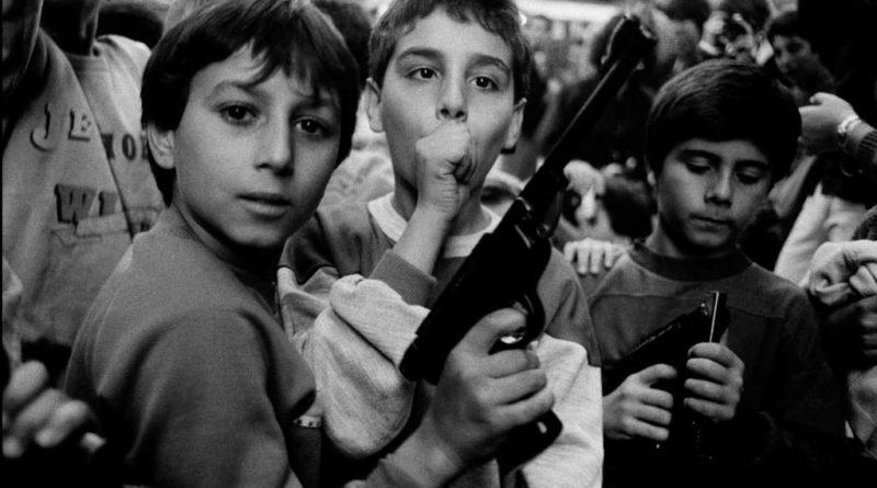 Festa del giorno dei morti. I bambini giocano con le armi, Palermo – 1986, Courtesy l'artista